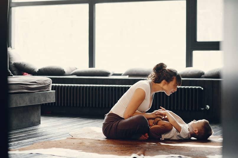 mujer ejercicio bebe