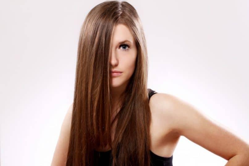 mujer con cabello hermoso combate cabello graso
